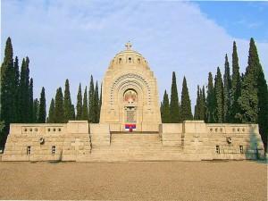 Το  σερβικό μνημείο στο συμμαχικό νεκροταφείο του Ζεϊτενλίκ στη Θεσσαλονίκη.