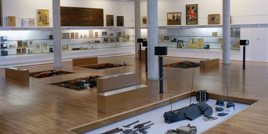 Μουσείο Περόνε Γαλλίας. Οι στολές των εμπλεκομένων εκτίθενται οριζόντια, όπως και η στάση των νεκρών του πολέμου.