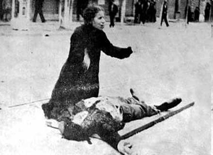 Η μητέρα του Τάσου Τούση θρηνεί πάνω από το νεκρό του σώμα. Ο Τούσης ήταν ένας από τους έντεκα νεκρούς διαδηλωτές στη Θεσσαλονίκη. Φωτογραφία που δημοσιεύτηκε στην εφημερίδα Ριζοσπάστης τη Δευτέρα 11 Μαΐου του 1936 και στην εφημερίδα Μακεδονία την Τρίτη 12 Μαΐου.