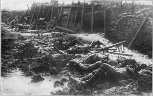 Βρετανικά χαρακώματα μετά από επίθεση το 1916 με χημικά αέρια. Φωτογραφία του Χέρμαν Ρέξ (Herman Rex).