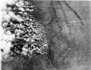 Πηγή: Bundesarchiv, Bild 183-F0313-0208-007, Gaskrieg. Ρίψη χημικών αερίων από τις γερμανικές δυνάμεις που εκμεταλλεύονται τη φορά του ανέμου και περιμένουν για να προελάσουν. Η εκτεταμένη χρήση χημικών αερίων φανέρωσε τη φρικτή εικόνα του πολέμου, όπου οι αντίπαλες δυνάμεις μεταχειρίζονταν κάθε μέσο για την επικράτησή τους. Η ανθρώπινη ζωή είχε χάσει κάθε αξία.