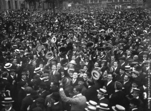 Πλήθη ζητωκραυγάζουν την κήρυξη του πολέμου στην πλατεία Τραφάλγκαρ (Trafalgar suare) του Λονδίνου στις 4 Αυγούστου του 1914. Πηγή: Hulton archive/Getty.