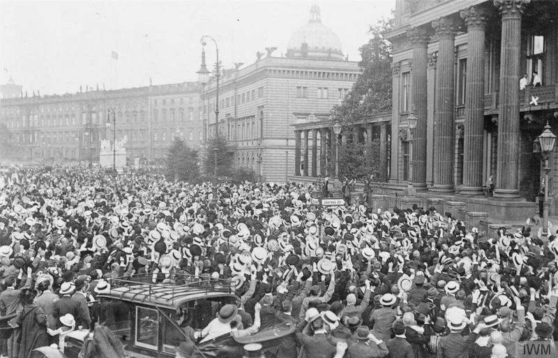 Γερμανοί ζητωκραυγάζουν για την κήρυξη του πολέμου στην Ούντερ Ντεν Λίντεν (Unter den Linden) στο Βερολίνο. Πηγή: Αυτοκρατορικό Μουσείο Πολέμου του Λονδίνου (Imperial War Museum).
