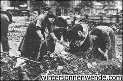 "<span class=""lezanta"">Βερολίνο, χειμώνας 1918-1919. Πεινασμένες γυναίκες αναζητούν τρόφιμα στα σκουπίδια. (Πηγή: http://www.wintersonnenwende.com/scriptorium/english/archives/articles/starvation1919.html)  </span>"