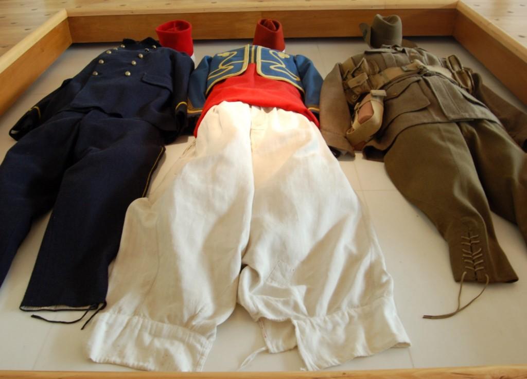 Στολές στη φυσική στάση των νεκρών, οριζόντια. Μουσείο Πρώτου Παγκοσμίου Πολέμου, Περόνε-Σομ Γαλλία. http://en.historial.org/