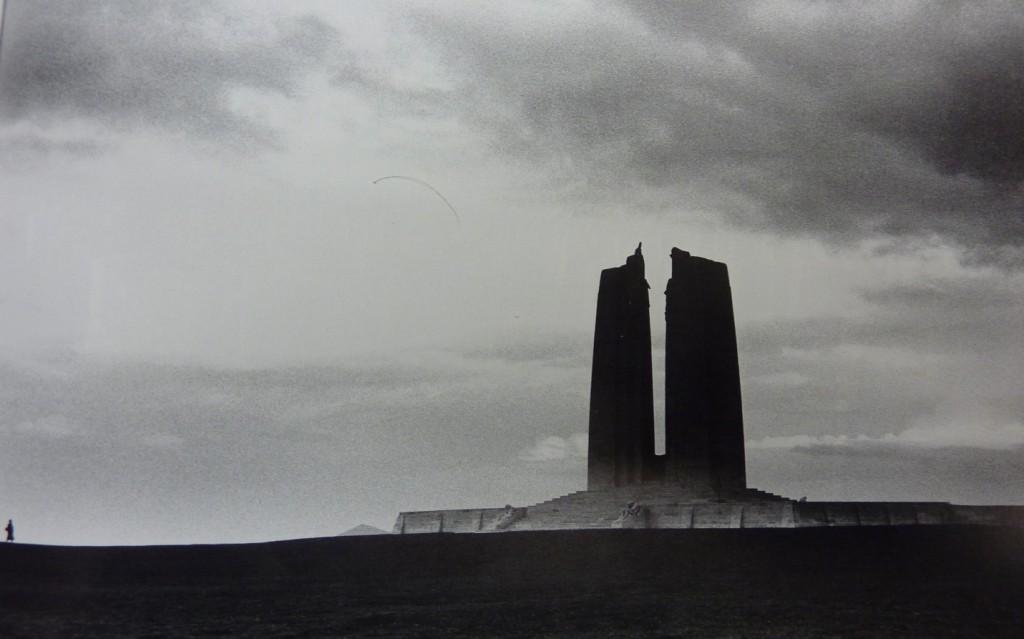 Οι πύλες του Άδη: Το καναδικό μνημείο στο Βίμι Ριτζ (Vimy Ridge) της Γαλλίας. Πηγή: Βιβλίο John Garfield, The Fallen.