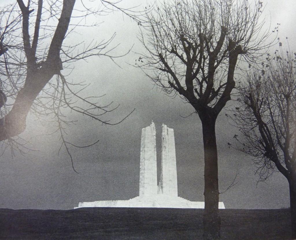 Οι πύλες του Άδη: Το καναδικό μνημείο στο Βίμυ Ρίτζ (Vimy Ridge) της Γαλλίας. Πηγή: Βιβλίο John Garfield, The Fallen.