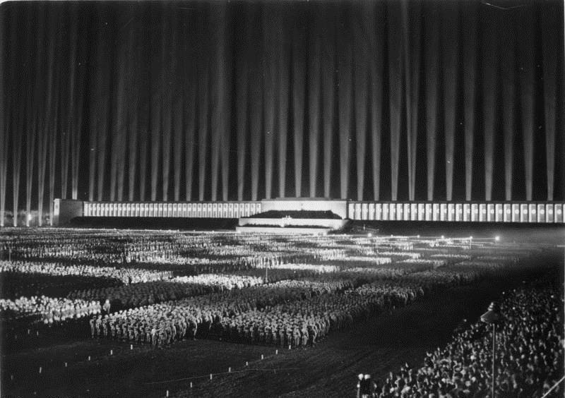 Γιορτή του εθνικοσοσιαλιστικού κόμματος (NSDAP) στη Νυρεμβέργη το 1936. Φωτογραφία: http://en.wikipedia.org/wiki/Nazi_party_rally_grounds