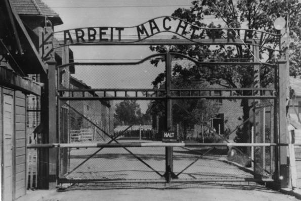 Η κεντρική πύλη του Άουσβιτς, του εμβληματικότερου των στρατοπέδων. «Arbeit macht frei - Η εργασία απελευθερώνει» αναγράφεται τραγικά ειρωνικά στο πάνω μέρος της. Πηγή: http://ww2today.com/18th-may-1943-ss-inspectors-assess-the-efficiency-of-auschwitz