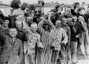 Πηγή:https://commons.wikimedia.org/wiki/File:Prisoners_liberation_dachau.jpg από http://www.ushmm.org/ United State Holocaust Memorial Museum.