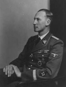 Ο Reinhard Heydrich, επικεφαλής της SD (Υπηρεσία Ασφαλείας), και κυβερνήτης της Βοημίας και της Μοραβίας. Άγνωστη τοποθεσία, 1942. Πηγή: National Archives and Records Administration, College Park, Md. Από http://www.ushmm.org/wlc/en/article.php?ModuleId=10005477