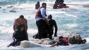 Σώζοντας πρόσφυγες στη Ρόδο. Πηγή: http://abcnews.go.com/WNT/understanding-eu-bound-refugees-risk-lives-cross-mediterranean/story?id=30451565