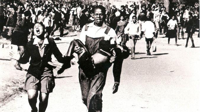 Η φωτογραφία που έγινε παγκόσμιο σύμβολο του αγώνα κατά του απαρτχάιντ τραβήχτηκε από τον Sam Nzima. http://m.ecr.co.za/post/picture-paints-thousand-words/