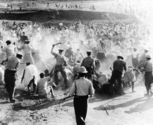Άσκηση βίας δίχως οίκτο. Αστυνομικές δυνάμεις εναντίον διαδηλωτών στο Σάρπβιλ. Πηγή: http://sacivilrights.weebly.com/sharpeville-massacre.html