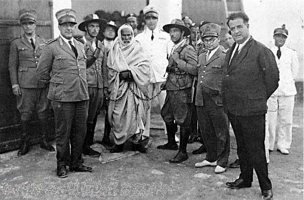 Ο Ομάρ Αλ Μουχτάρ σιδηροδέσμιος με αξιωματούχους του φασιστικού καθεστώτος.