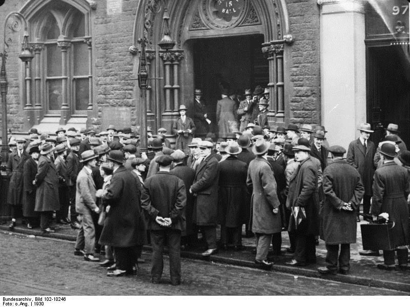 Φωτογραφία από το Λονδίνο: Πολίτες συνωθούνται έξω από γραφείο ευρέσεως εργασίας.