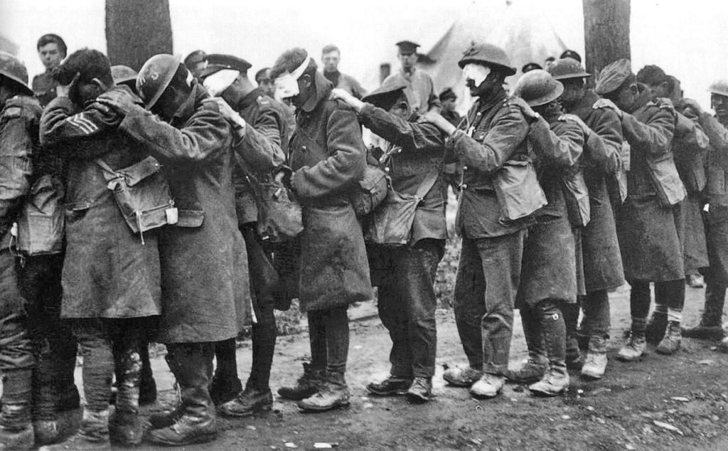 Βρετανοί της 55ης  Ταξιαρχίας, θύματα επίθεσης με χημικά αέρια το 1918. Πηγή: Αυτοκρατορικό Μουσείο Πολέμου του Λονδίνου (Imperial War Museum).
