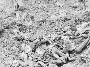 Γη και άνθρωποι σε ένα σώμα. Γερμανοί στρατιώτες νεκροί στη μάχη του Σομ.  Πηγή: Αυτοκρατορικό Μουσείο Πολέμου του Λονδίνου (Imperial War Museum).