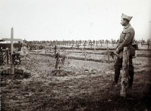 Νεκροταφείο «εκστρατείας», Μέτωπο Καμπανίας 1916. (Πηγή: https://www.telegraph.co.uk/history/world-war-one/10849528/In-pictures-Never-before-seen-photographs-from-World-War-One-frontline.html)