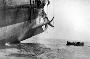 Η βύθιση ενός εμπορικού πλοίου από γερμανικό υποβρύχιο. 1917. (Πηγή: NARA/Underwood & Underwood/U.S. Army /  https://www.theatlantic.com/static/infocus/wwi/wwisea/)