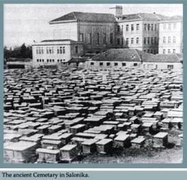 """Τμήμα του εβραϊκού νεκροταφείου της Θεσσαλονίκης (πίσω από το κτίριο της σχολής Mektebi Idadiye / σημερινής Παλαιάς Φιλοσοφικής) όπου θάφτηκαν οι εβραϊκού θρησκεύματος κάτοικοι της Θεσσαλονίκης που έπεσαν θύματα της χολέρας του 1912-13. Για το λόγο αυτό το τμήμα αυτό του εβραϊκού νεκροταφείου ονομάστηκε """"χολέρα"""".  Πηγή:  https://abravanel.wordpress.com/tag/thessaloniki/"""