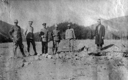 Η αποστολή εκτελέστηκε. Οθωμανοί και Γερμανοί αξιωματικοί επιθεωρούν υπολείμματα Αρμενίων και φωτογραφίζονται δίπλα σε αυτά.