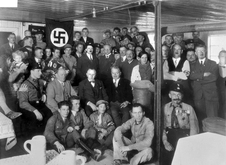 Ο Χίτλερ και μέλη του ναζιστικού κόμματος στο Μόναχο το 1930.  Φωτογραφία: https://en.wikipedia.org/wiki/Nazi_Party