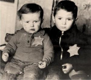 Δύο παιδιά στο γκέτο του Κάουνας (Κόβνο-Kovno), στη Λιθουανία. Φωτογραφικό αρχείο του Yad Vashem, 4789. Πηγή: https://vilnews.com/2012/12