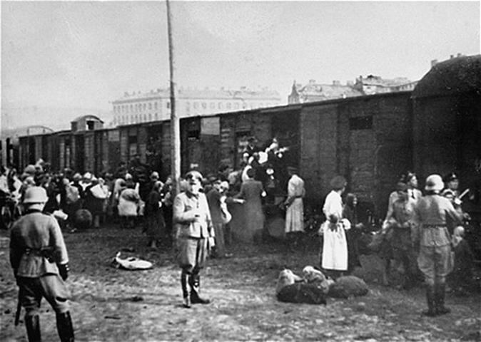 Εβραίοι που φορτώνονται σε τρένα στην πλατεία Umschlag (Ούμσλαγκ) της Βαρσοβίας. Πηγή: https://commons.wikimedia.org/wiki/File:Umschlagplatz_loading.jpg