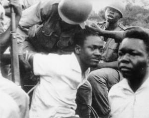 Ξυλοδαρμός και δημόσιος εξευτελισμός του συλληφθέντα πρωθυπουργού Λουμούμπα. Πηγή: https://inyarwanda.com/articles/show/OtherNews/hashize-imyaka-53-patrice-lumumba-yishwe-amateka-ye-55567.html