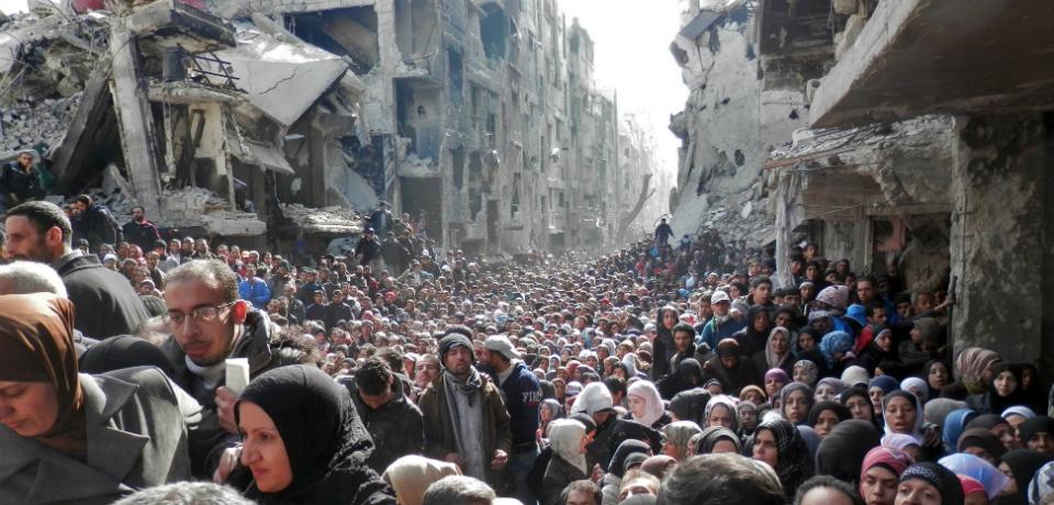 Από τις κατεστραμμένες πόλεις στον δρόμο της προσφυγιάς. Φωτογραφία: https://foreignpolicy.com/2015/06/18/a-record-year-in-misery-the-world-has-never-seen-a-refugee-crisis-this-bad/?utm_source=Sailthru&utm_medium=email&utm_term=%2AEditors+Picks&utm_campaign=New+Campaign
