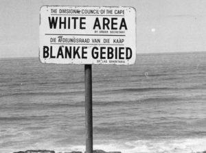 Παραλία στη Νότια Αφρική μόνο για λευκούς. Πηγή: https://www.citylab.com/politics/2013/12/life-apartheid-era-south-africa/7821/