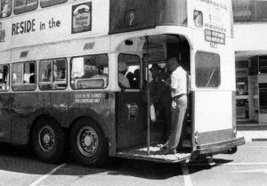 Λεωφορείο μόνο για μαύρους πολίτες στο Γιοχάνεσμπουργκ το 1965. Σύμφωνα με τους νόμους του Άπαρτχαιντ, λευκοί και μαύροι επιβιβάζονταν σε ξεχωριστά μέσα μαζικής μεταφοράς. Πηγή: https://www.citylab.com/politics/2013/12/life-apartheid-era-south-africa/7821/