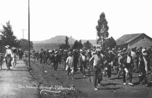 Τα πρώτα βήματα ενός ηγέτη. Ο Μαχάτμα Γκάντι ηγείται διαδήλωσης Ινδών στο Νατάλ της Νότιας Αφρικής το 1913. Οι Ινδοί, είχαν τα ίδια δικαιώματα με τους μαύρους στη Νότια Αφρική, ουσιαστικά κανένα. Ο Γκάντι ξεκίνησε από τη Νότια Αφρική την πολιτική του διαδρομή. Πηγή: https://www.sahistory.org.za/organisations/natal-indian-congress-nic