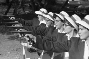 Προετοιμαζόμενες εναντίον των εχθρών. Φωτογραφία: https://www.citylab.com/politics/2013/12/life-apartheid-era-south-africa/7821/