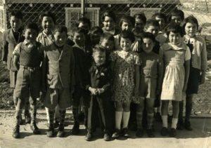 Παιδιά Ινουίτ από τη Γροιλανδία. Στα πλαίσια κοινωνικού πειράματος, παιδιά από τη Γροιλανδία απομακρύνθηκαν από τις οικογένειες τους και μεταφέρθηκαν προς ένταξη στη Δανία. Τα αποτελέσματα ήταν ολέθρια. Πηγή: https://www.bbc.com/news/magazine-33060450