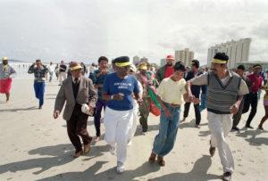 Ο αρχιεπίσκοπος Ντέσμουντ Τούτου τρέχει σε παραλία που επιτρέπεται η πρόσβαση μόνο σε λευκούς κοντά στο Κέιπ Τάουν. Πηγή: https://www.citylab.com/politics/2013/12/life-apartheid-era-south-africa/7821/