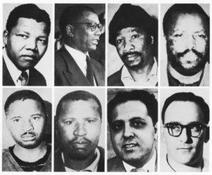 Οι 8 της δίκης στη Ριβόνια. Κάτω δεξιά ο Ντένις Γκόλντμπεργκ, ο μοναδικός λευκός αγωνιστής του Αφρικανικού Εθνικού Κογκρέσου. Πηγή: https://aneyeonafrica.blogspot.gr/2013/12/normal-0-false-false-false-en-us-x-none.html