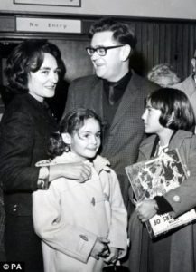 Η Ρουθ Φερστ με τον άντρα της Τζόε Σλόβο και τα παιδιά τους. Πηγή: https://kpkollenborn.blogspot.gr/2014/07/on-afternoon-of-august-17-1982-ruth.html
